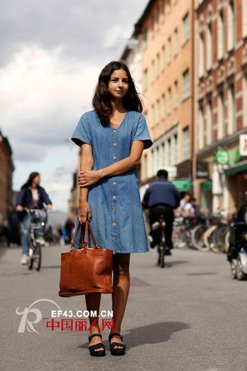 woman's vintage brown bag simple atmosphere